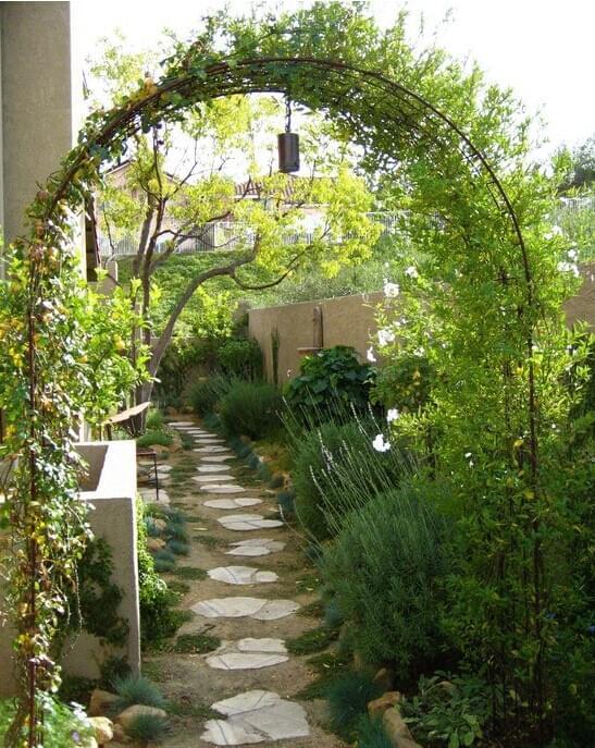 施工不重雕塑,更多的是置入花架、拱门、长椅。并种入多种攀附植物,如蔷薇、木香、紫藤、铁线莲,都是浓密多花的攀附植物。让它们自由攀附在棚架或拱门上,将长椅与秋千就放置在这些棚架之下。至于地面的处理,英式别墅庭院设计的地面一般比较简单,用大块的不规则石板铺成,或干脆种植大面积的草地,都是不错的规划选择。   深圳市中艺源园林绿化工程有限公司(总部) 服务热线:400-9966-400 客服QQ:2663307536 E-mail: