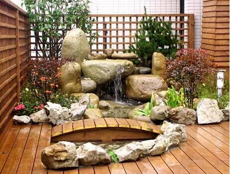 日式别墅庭院设计的园林景观设计元素包括碎石,残木,青苔,石灯笼,洗手